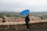 Un jour venteux pour Mademoiselle Arend dans la ville de Grasse, dans le sud de France.